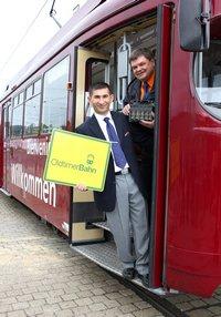 Bakir Erkan (vorne), Arbeitsgruppe GT8, und Jürgen Noetzel, Vorsitzender des Straßenbahnervereins, freuen sich, dass die moBiel-Oldtimer-Bahn ab Sonntag, 21. August 2011, auf den Bielefelder Schienen unterwegs sein wird.